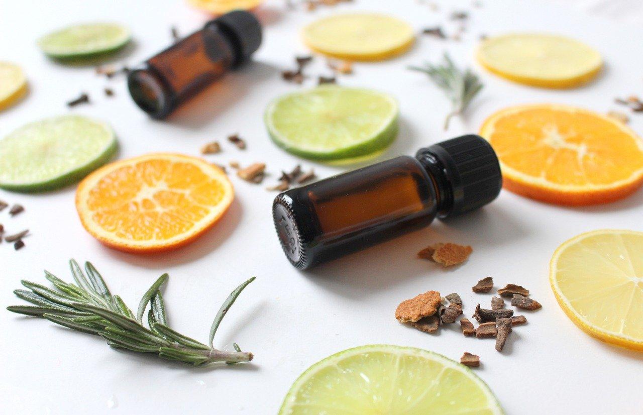 Ätherische Öle mit Zitronen,- Orangen- und Limettenscheiben
