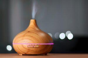 Diffuser aus Holz sprüht ätherisches Öl
