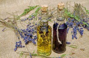 Kleine Fläschchen mit Lavendelöl