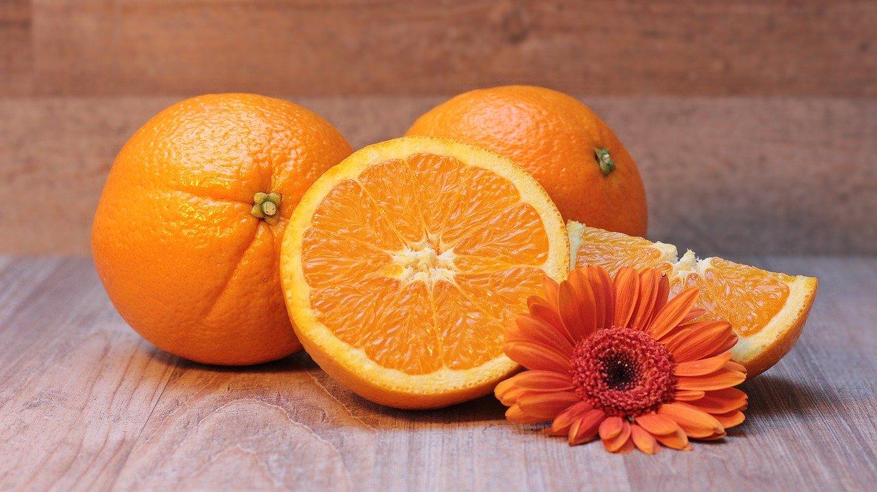 Orangen und eine Blume auf einem Tisch
