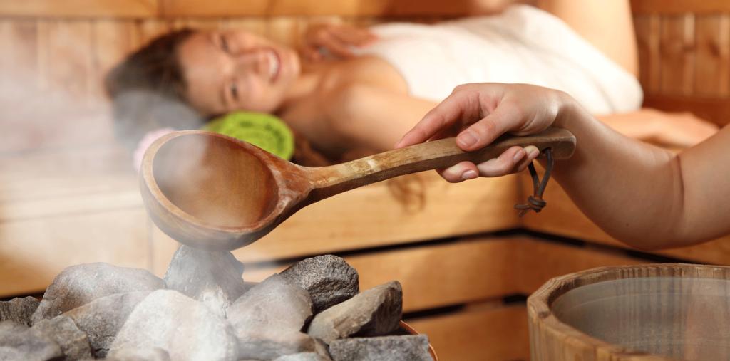 Junge Frau in einer Sauna