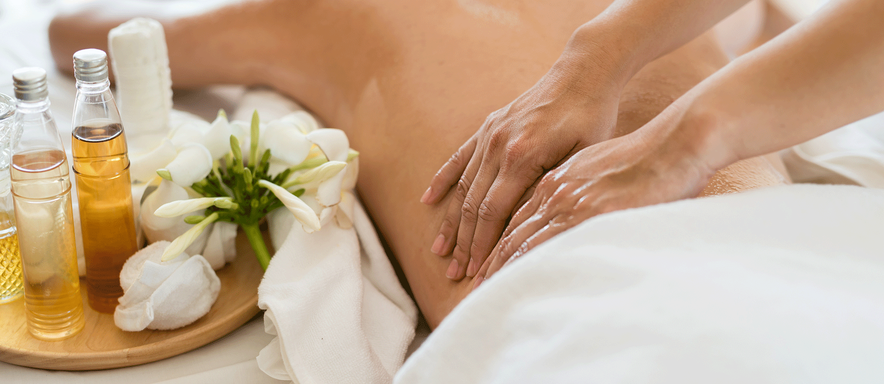 Junge Frau bei einer Massage mit Ätherischen Ölen