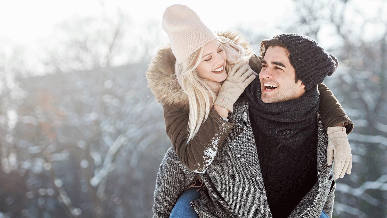 Junges Paar genießt zusammen den Schnee